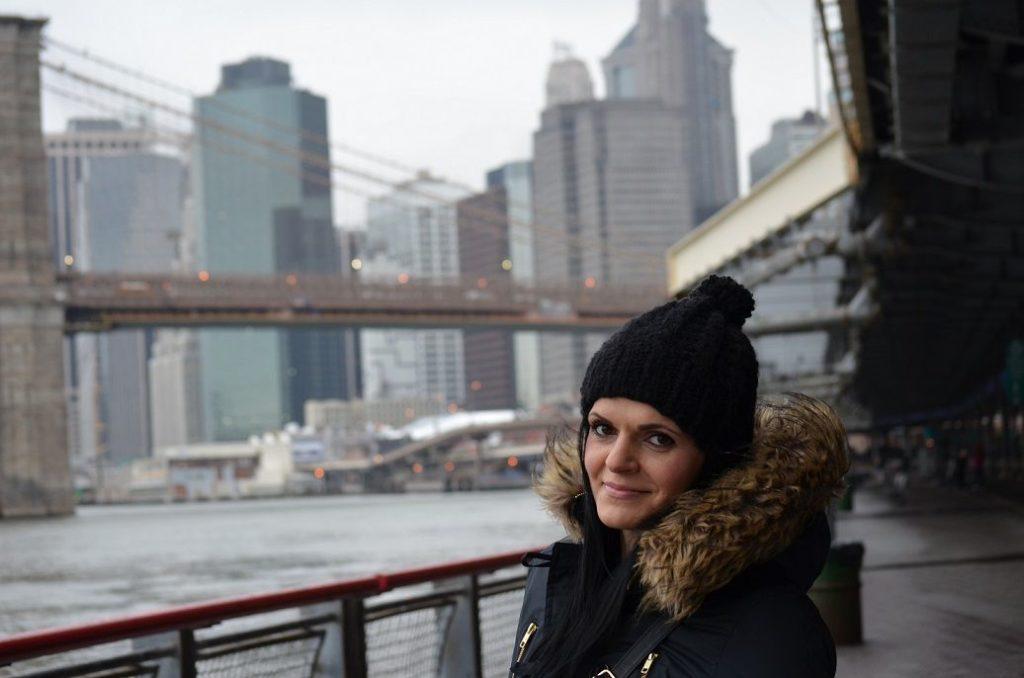 Portrait mit Brooklyn Bridge im Hintergrund