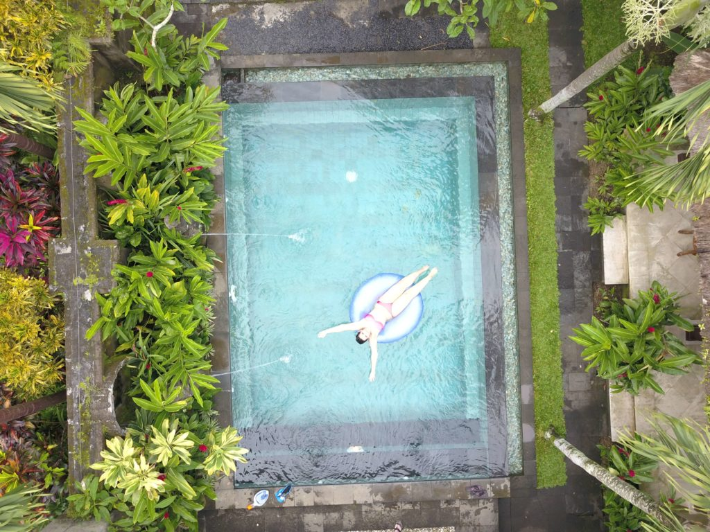 bild swimmingpool mit Drohne