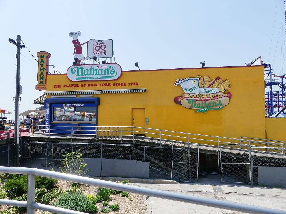 Nathans Hot Dogs bei Coney Island