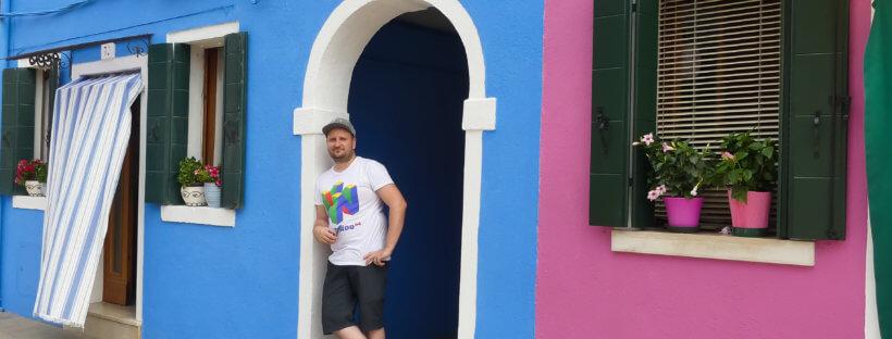 Mario vor einem blauen Haus in Burano