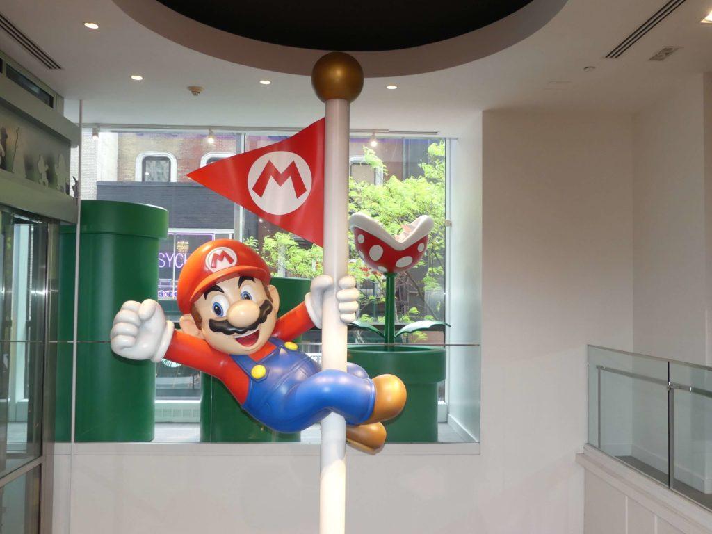 Super Mario auf der Stange im Nintendo Store New York