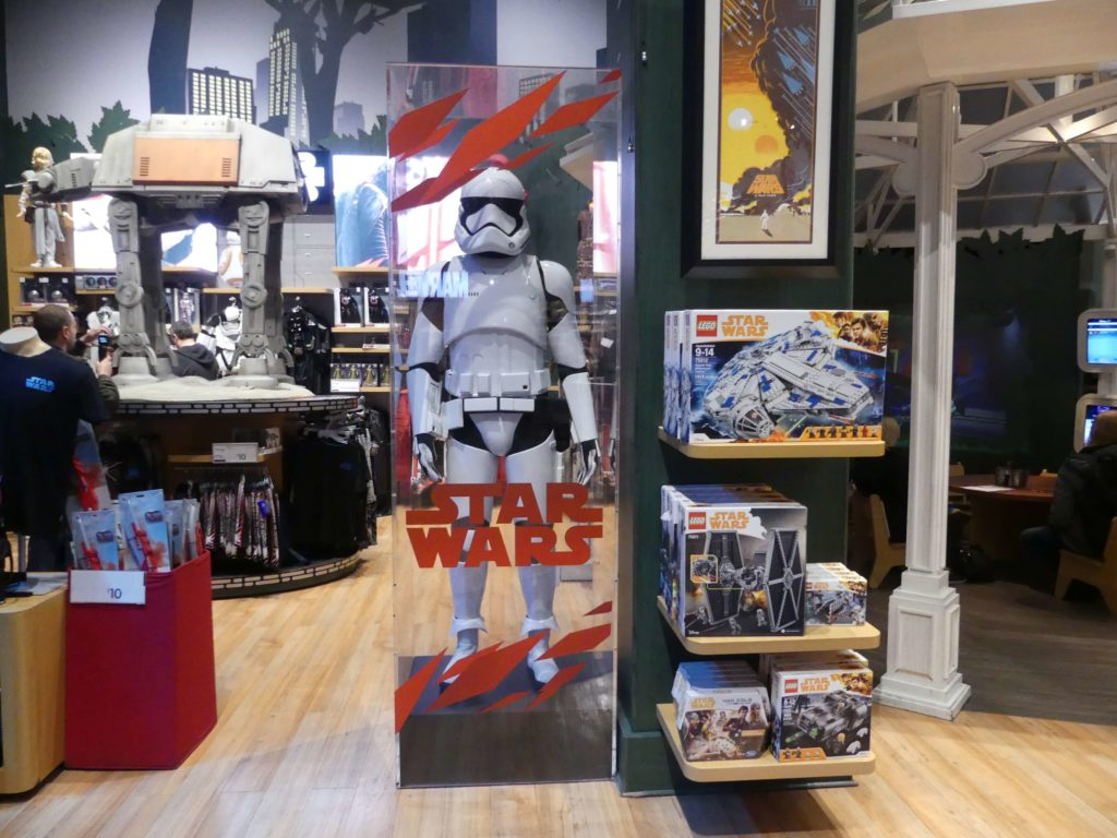 Riesen Stormtrooper Figur im Disney Store in Manhattan
