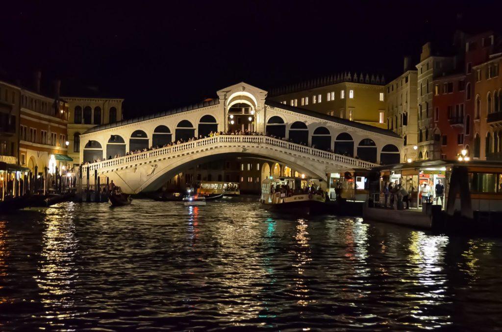 Dinge die man in Venedig tun sollte - Rialto Brücke bei Nacht