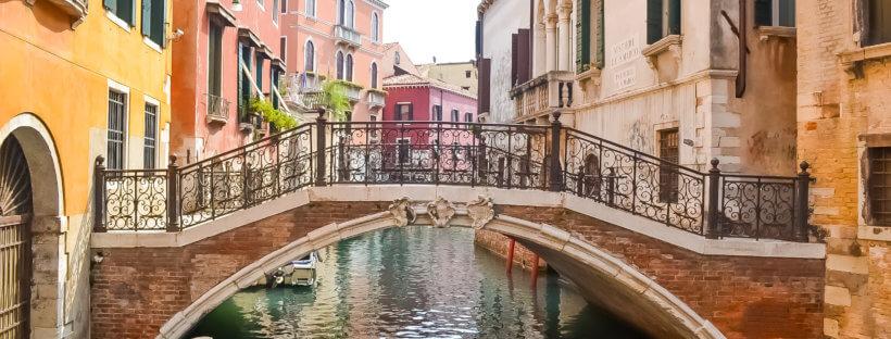 Brücke in Venedig zwische bunten Häusern