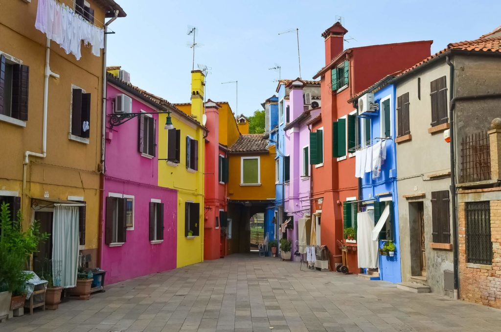 Bunte Häuser in der Innenstadt von Burano