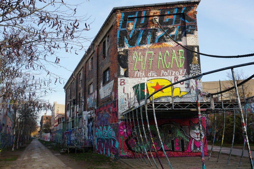 Viele Graffitis an den Gebäuden der Hal of Fame Leipzig