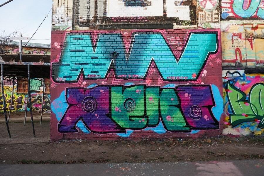 Buntes Graffiti an einer Wand in der Hall of Fame Plagwitz