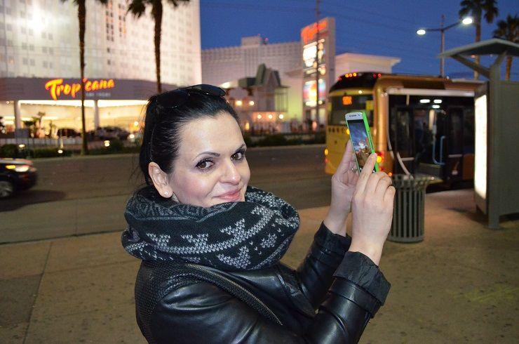 Frau fotografiert Sehenswürdigkeiten in Las Vegas