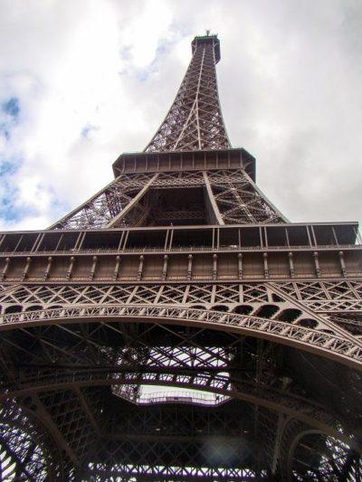 Der Eiffellturm von unten