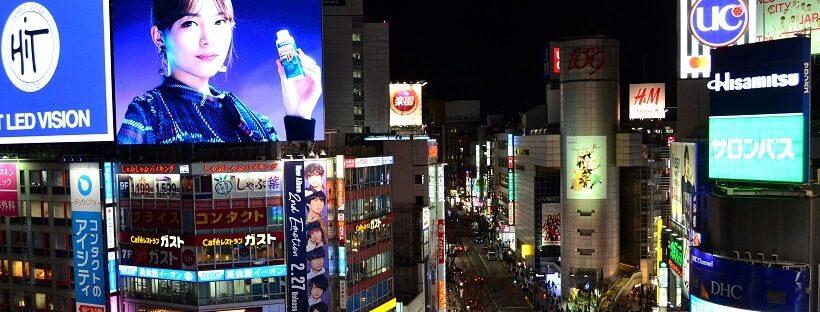 Leuchtreklamen an der Shibuya Kreuzung