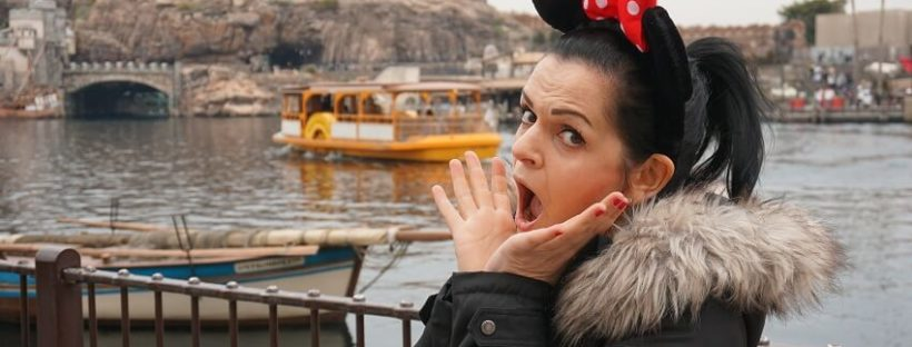 Frau mit Mickey Maus Ohren im Tokio Disney Sea
