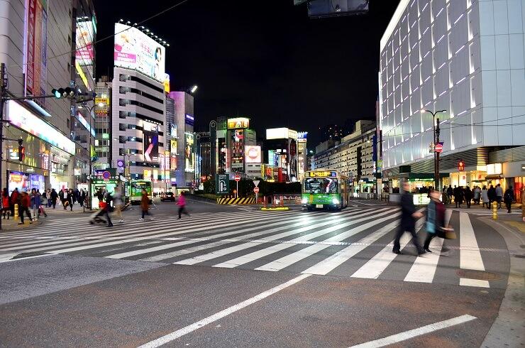 Menschen überqueren einen Fußgängerüberweg in Tokio Ikebukuro